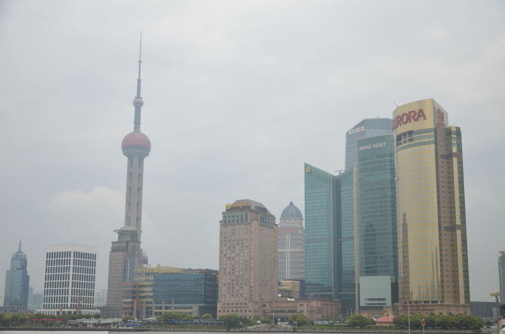 Шанхайская телебашня среди небоскребов