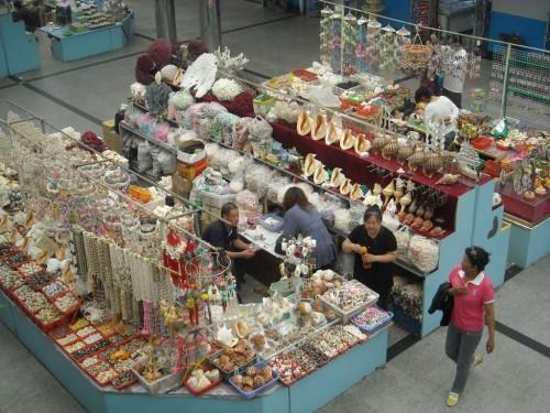 Прилавки с товаром в здании Жемчужного рынка