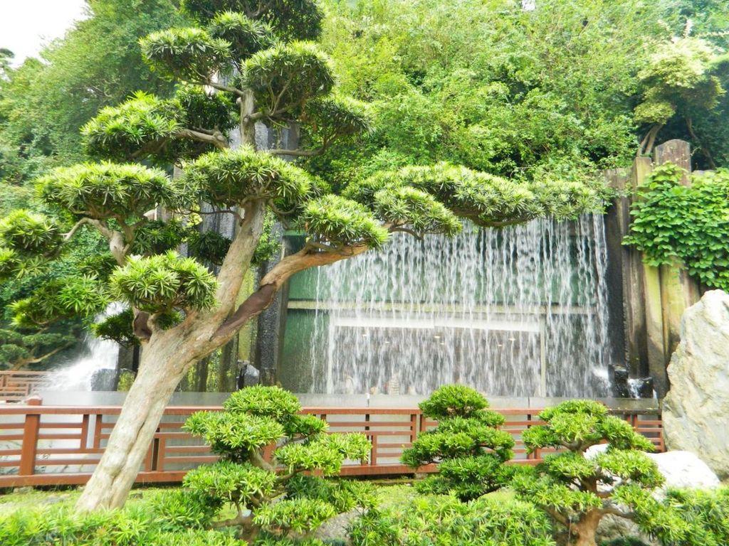 Искусственный водопад в саду Нан Лиан