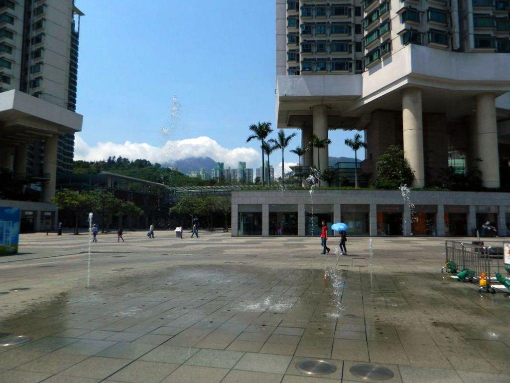 Плюющийся фонтан на площади возле станции метро Tung Chung. Гонконг