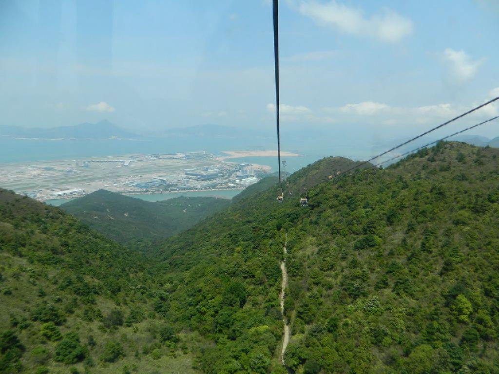 Вид с канатной дороги «Ngong Ping» на аэропорт Гонконга