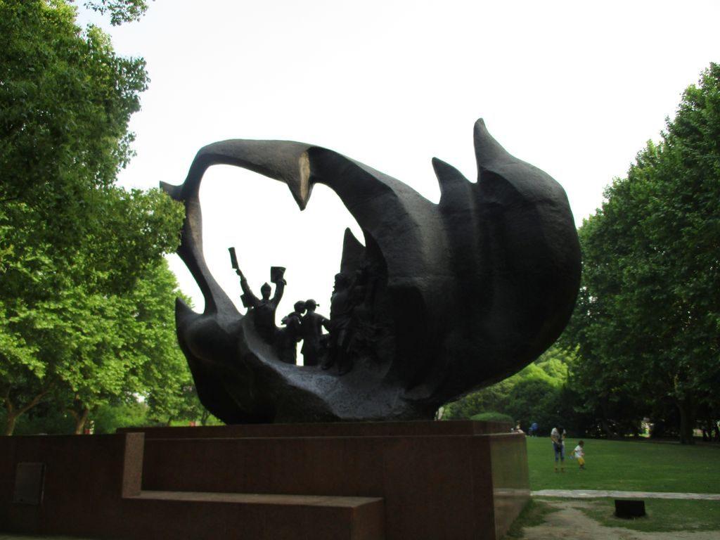 Скульптуры в парке Longhua Martyrs' Cemetery, Шанхай