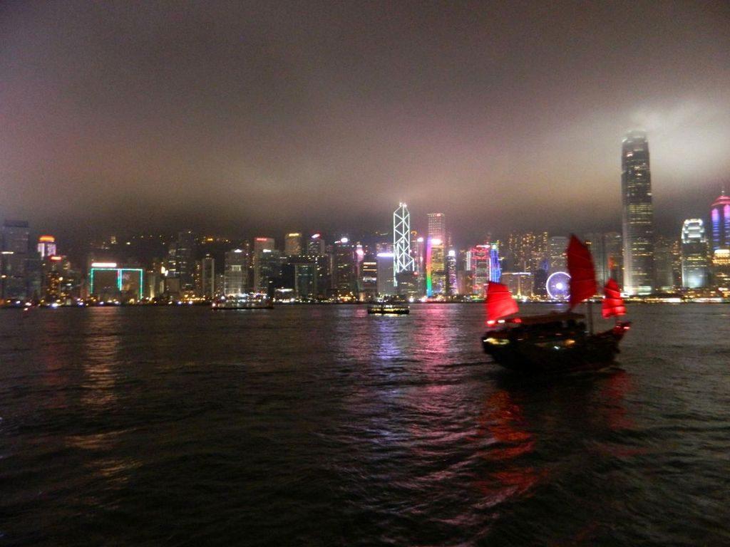Вид с центральной набережной Гонконга
