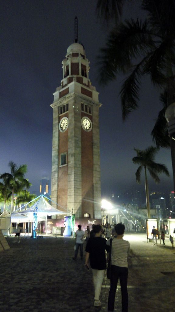Часовая башня на центральной набережной Гонконга