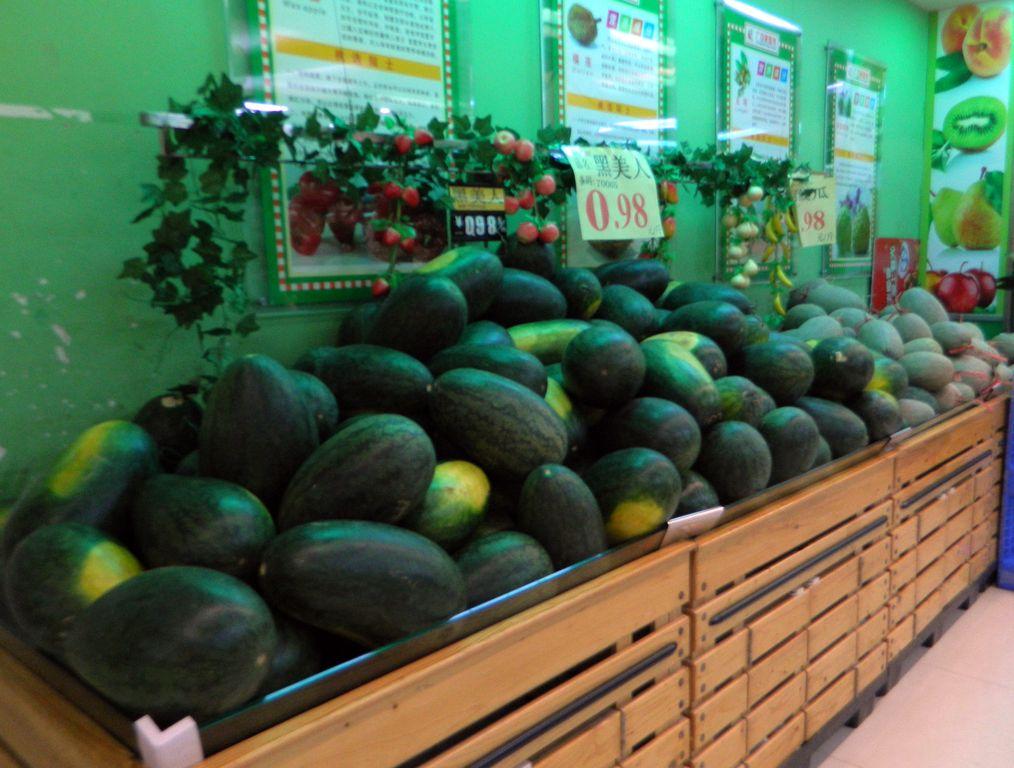 Дешевые арбузы в торговом центре в бухте Дадунхай