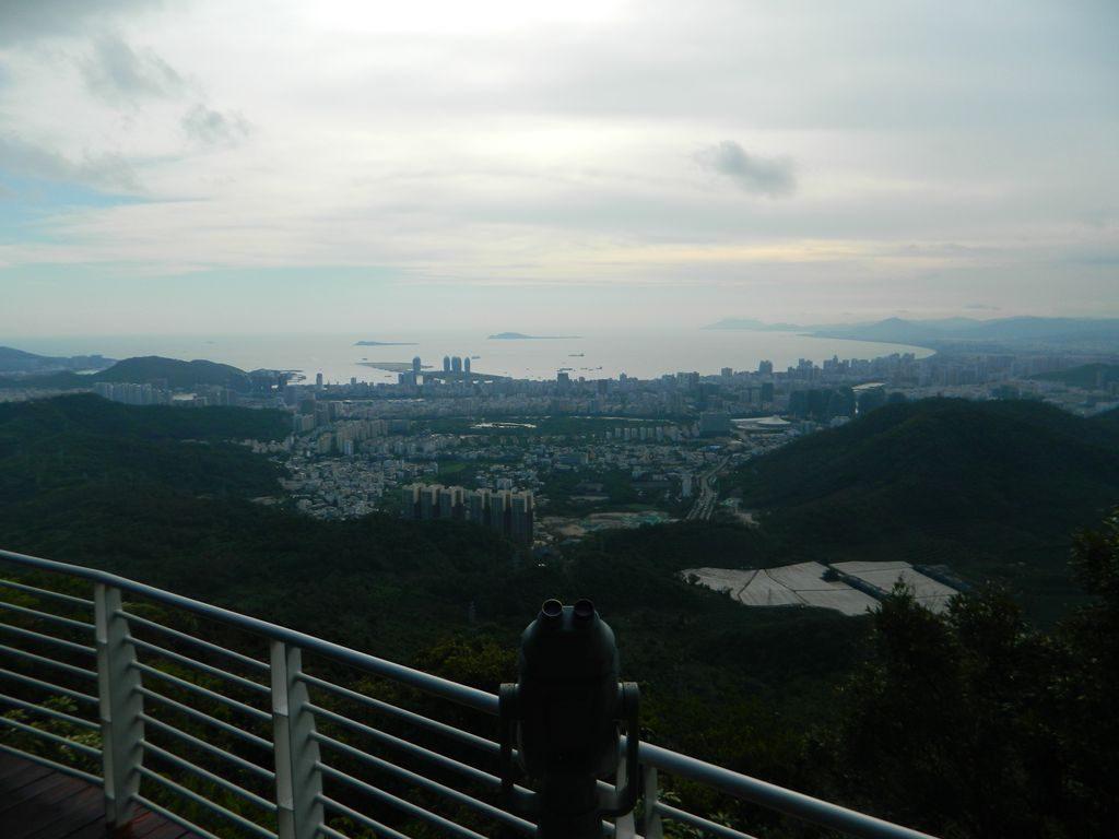 Вид на город Санья со смотровой площадки парка Феникс, Хайнань