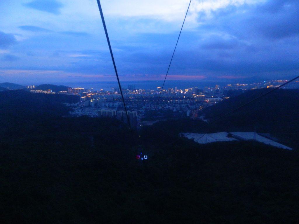 Вид на ночной город Санья из кабины канатной дороги в парке Феникс, Хайнань