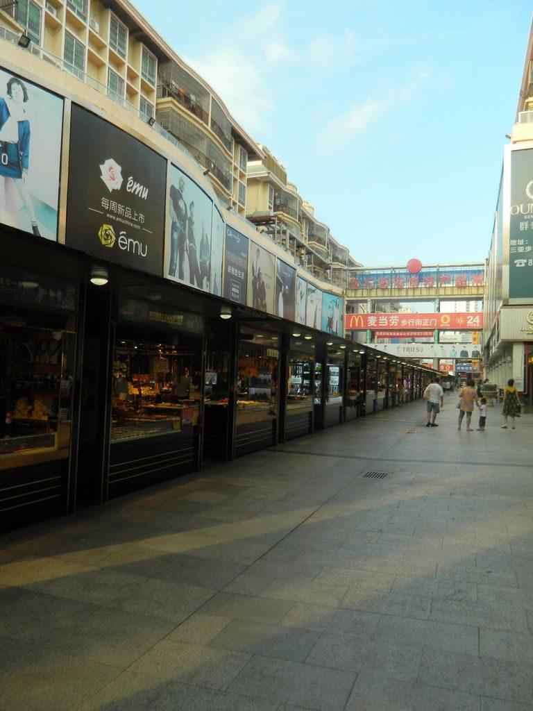 Торговые ряды на пешеходной улице в городе Санья, Хайнань