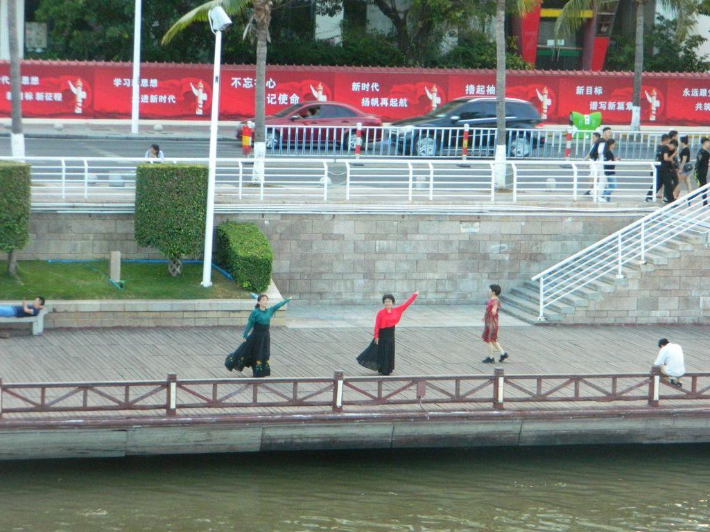 Танцы на набережной реки Санья, Хайнань