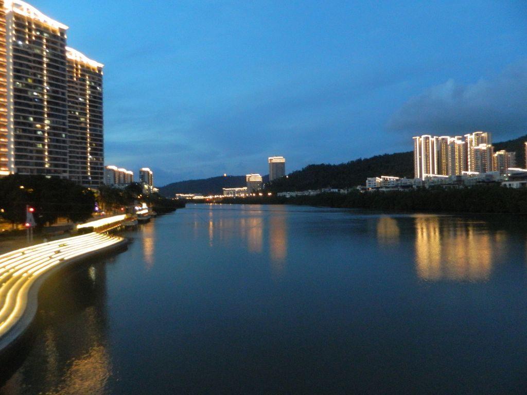 Набережные рек в городе Санья с ночной подсветкой, Хайнань