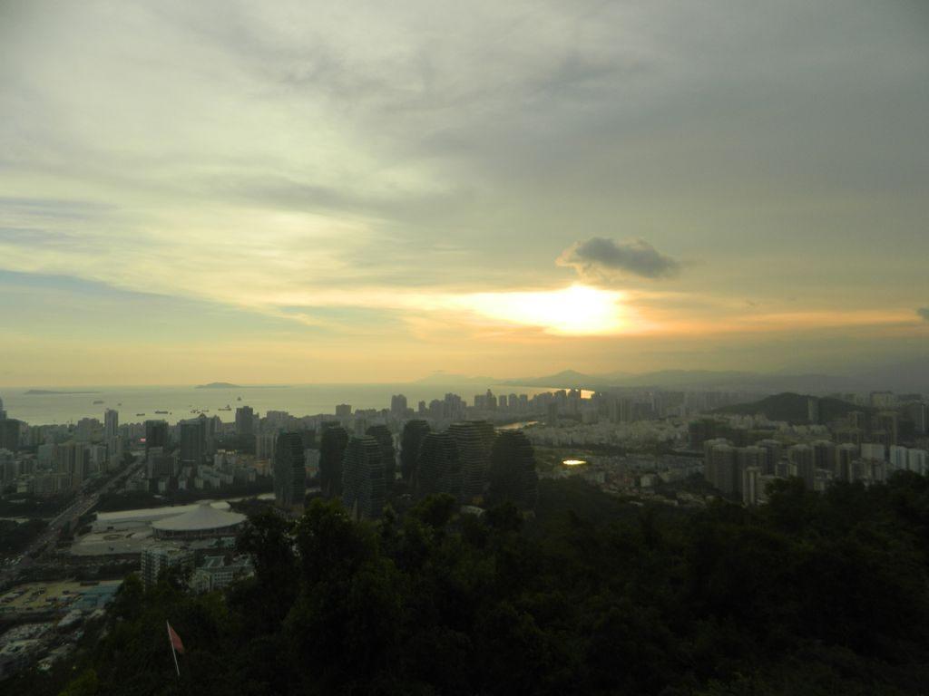 Вечернее небо над городом Санья в мае