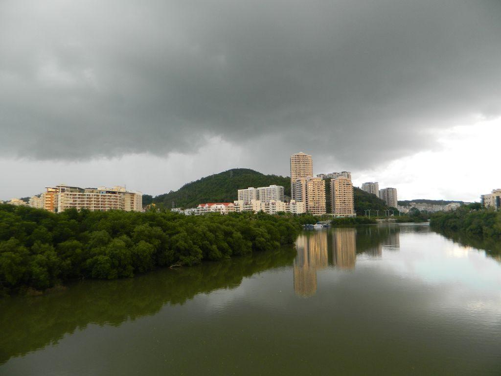 Пасмурное небо на Хайнане в мае