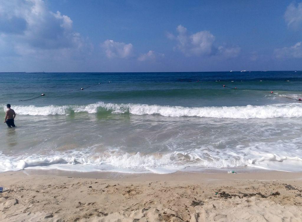 Волны на море, пляж Дадунхай