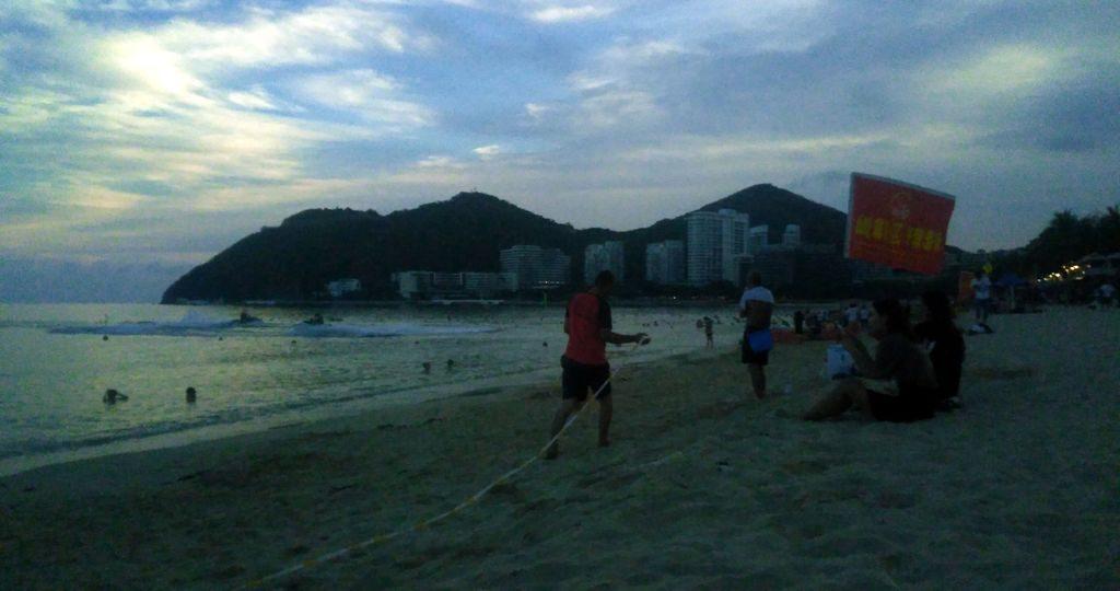 Спасатели натягивают ленту на пляже Дадунхай, Хайнань