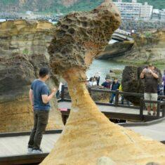 """Камень """"Голова королевы"""" в геопарке Тайваня"""