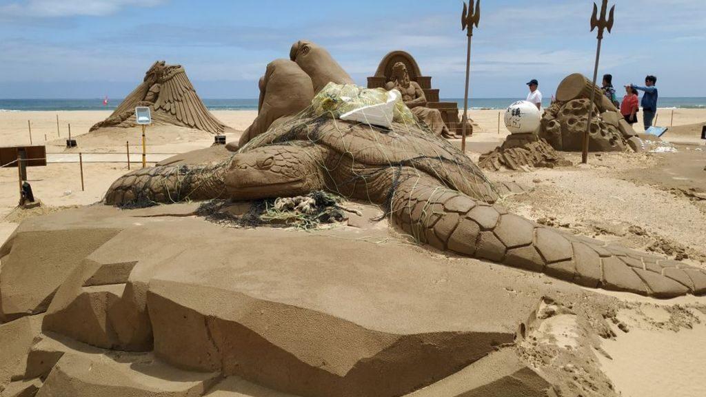 Песчаная скульптура черепахи, запутавшейся в сетях, Фулонг, Тайвань