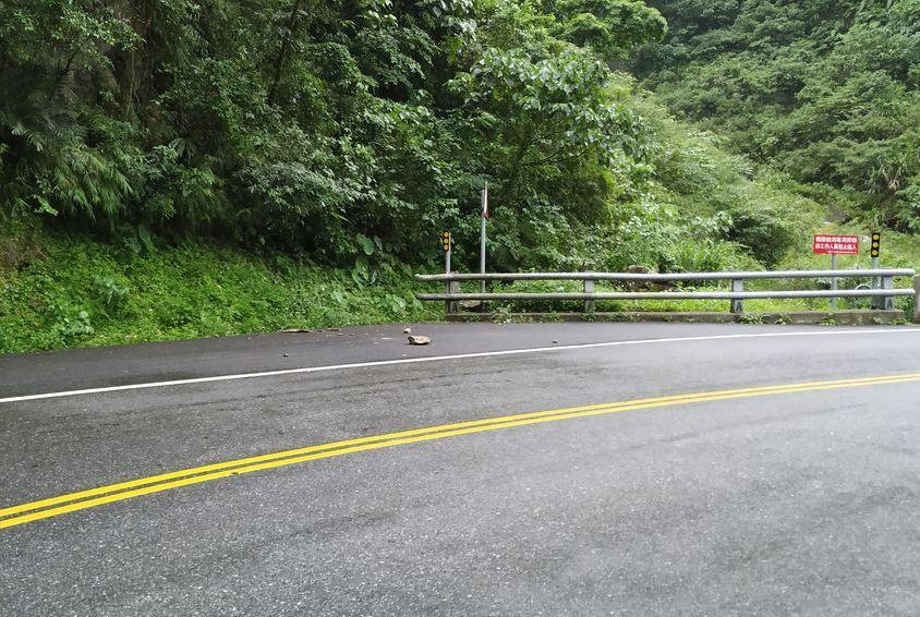 Упавшие камни на дороге в национальном парке, Тайвань