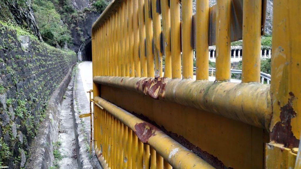 След от упавших камней на воротах в ущелье Тароко, Тайвань