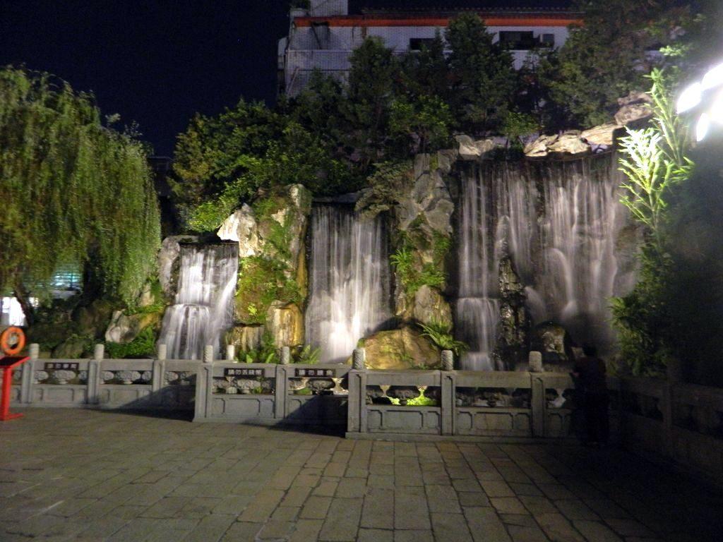 Искусственный водопад возле храма Луншань в Тайбэе