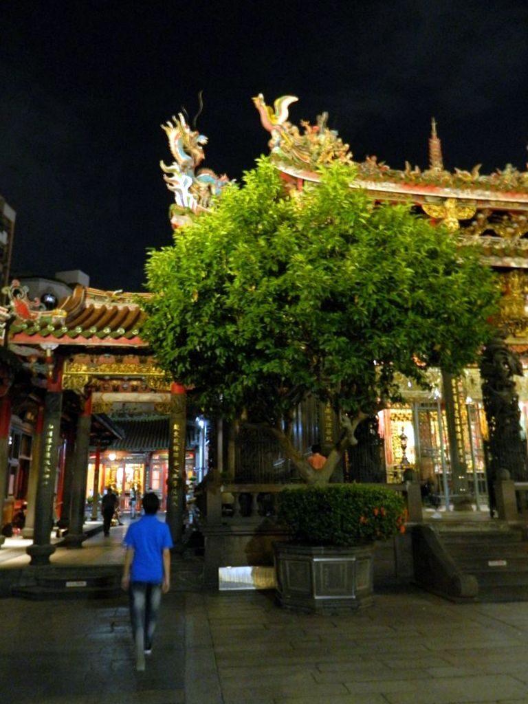 Храм Луншань ночью, Тайбэй
