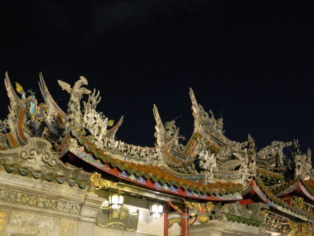 Искусная резьба на крыше храма Луншань, Тайбэй