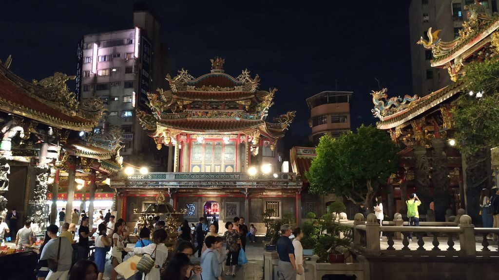 Ночная подсветка в храме Луншань, Тайбэй