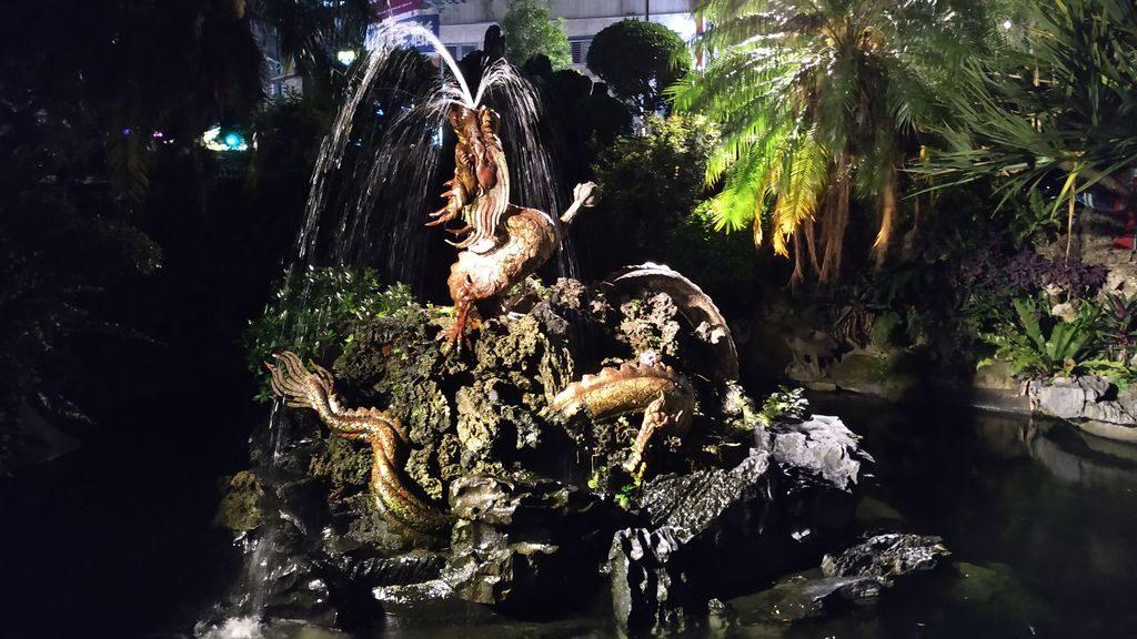 Фонтан в виде дракона во дворе храма Луншань, Тайбэй