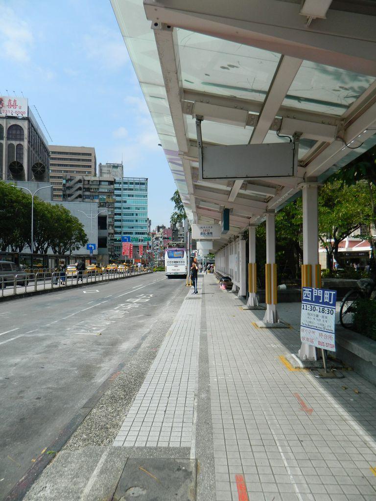 Остановки автобусов возле главного вокзала в Тайбэе, Тайвань