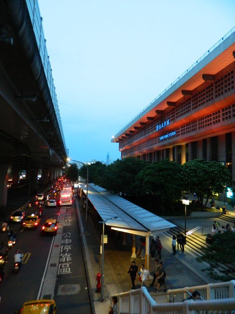 Главный вокзал Тайбэя и остановки автобусов напротив, Тайвань