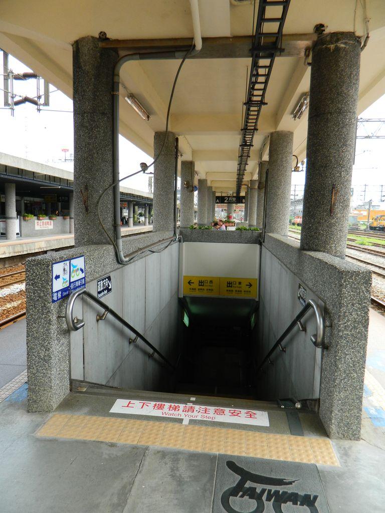 Выход на платформу на небольшой станции Тайваня