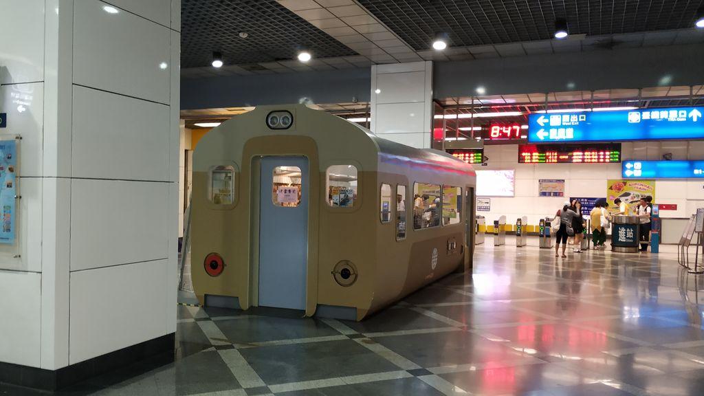 Необычный магазин на платформе в метро Тайбэя