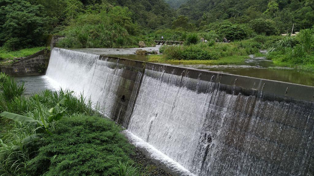 Плотина на реке в тропическом лесу, Тайвань