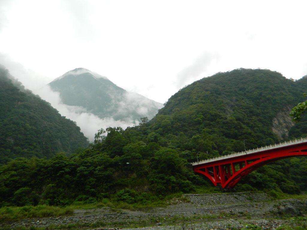 Вид на мост Shakadang и начало маршрута Shakadang Trail, Тароко
