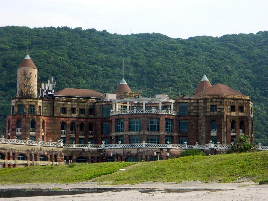 Старый отель на пляже, Тайвань