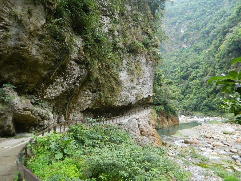 Дорога в скале, ущелье Тароко