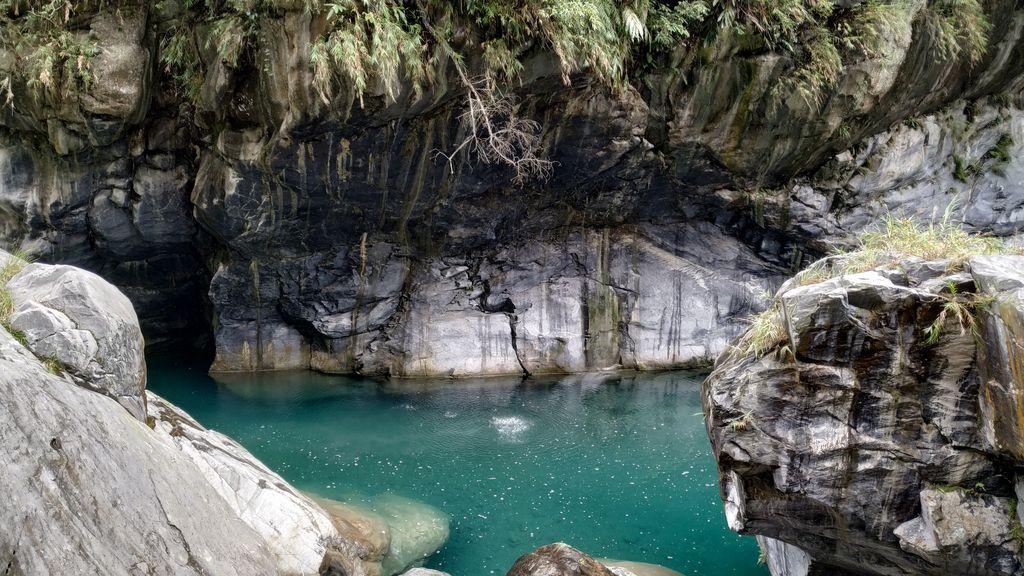 Бирюзовая вода в реке, ущелье Тароко