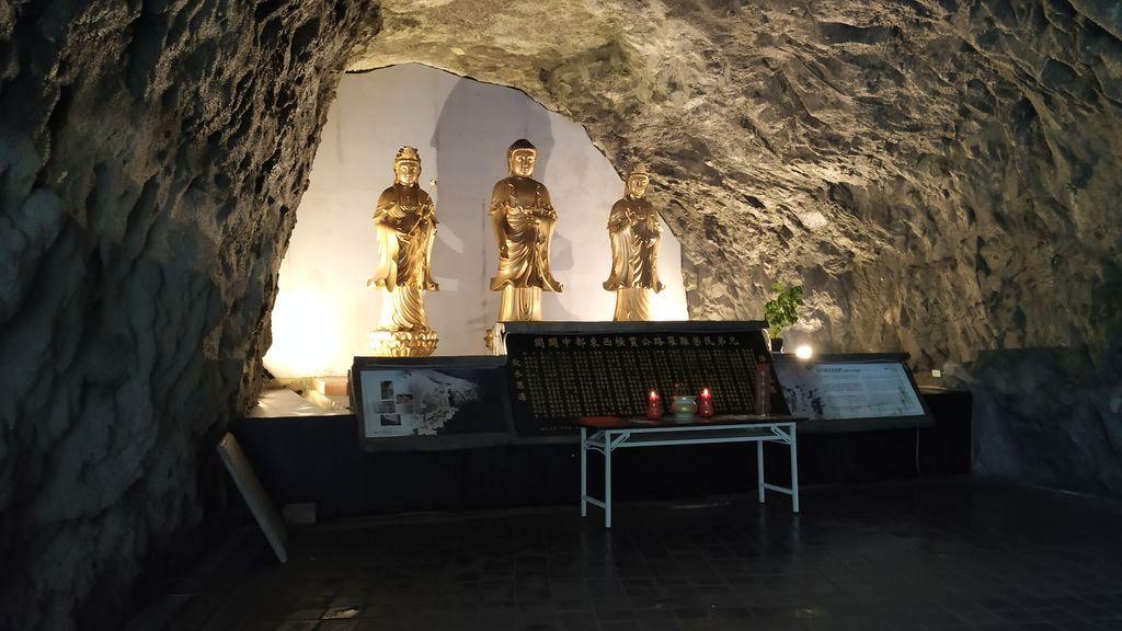 Пещера со статуями святых возле Changchun Shrine, Тароко