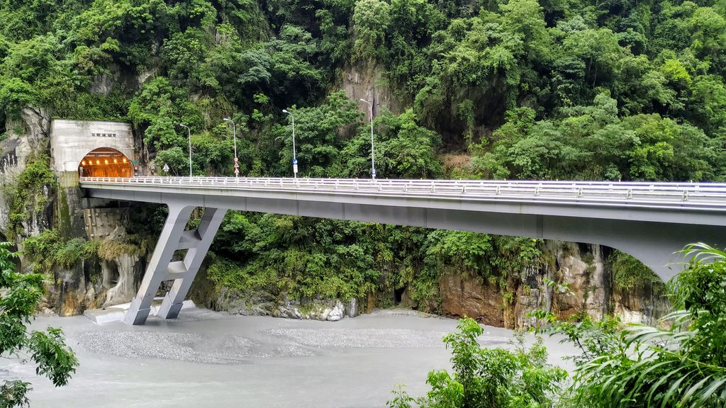 Мост через реку Liwu в парке Тароко, Тайвань