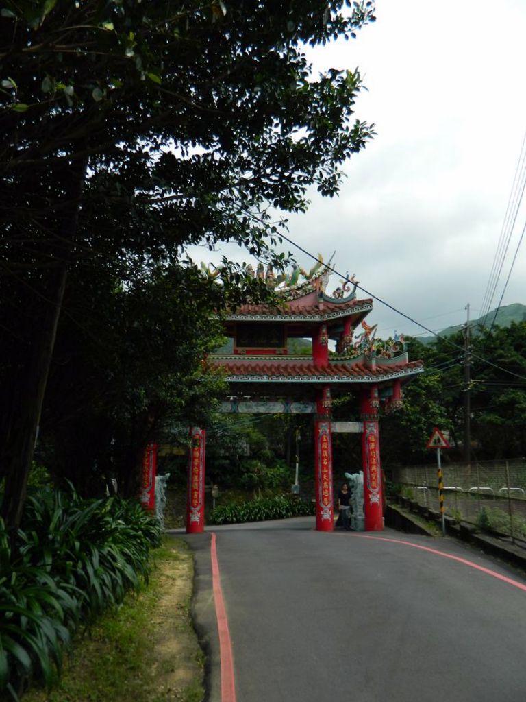 Ворота в начале маршрута недалеко от Qitang Templ, Тайвань