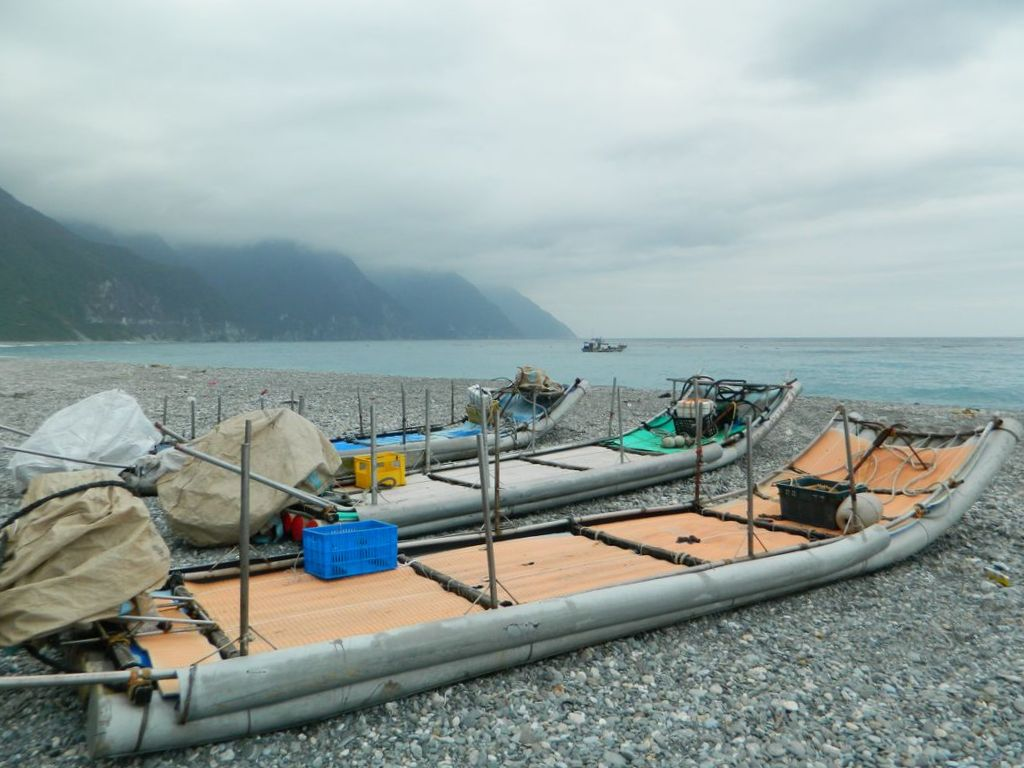 Рыбачьи лодки на пляже Тайваня