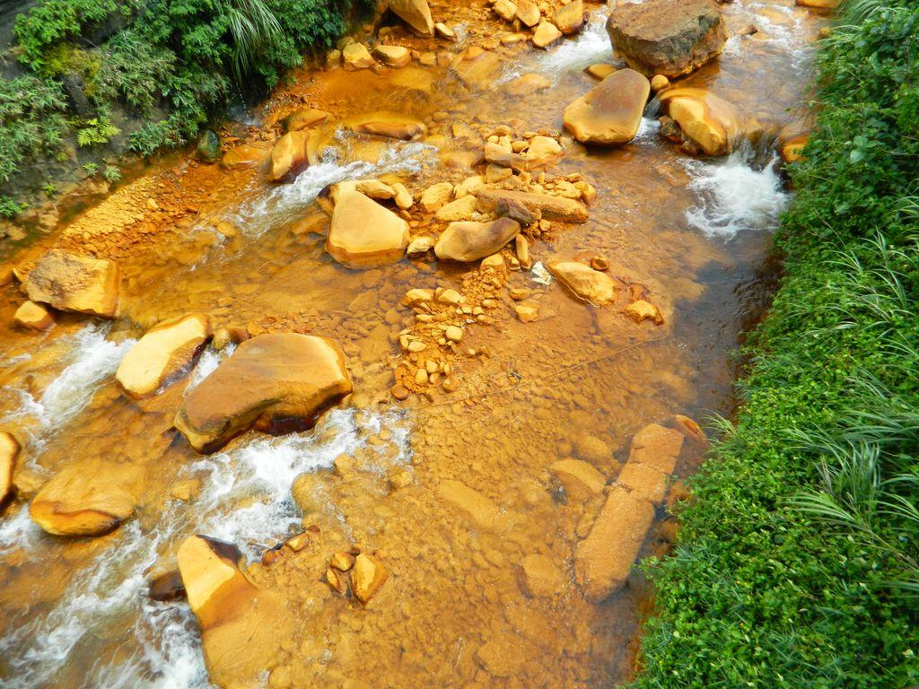Золотая река, придающая водам в Yin and Yang Sea характерный цвет, Тайвань