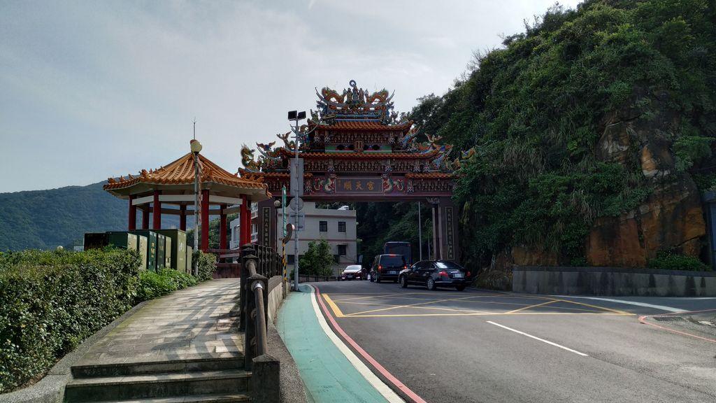 Красочные ворота на дороге, Тайвань